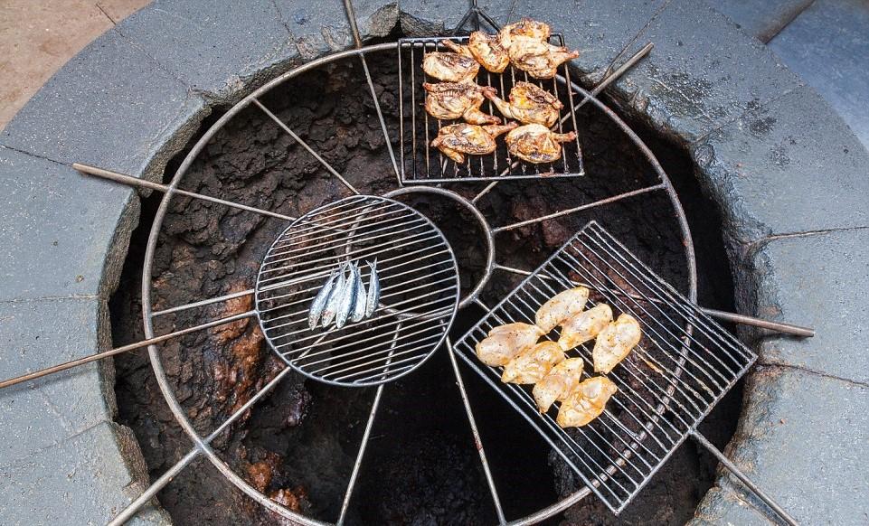Hrano v restavraciji El Diablo pripravi vulkan. Na sliki je žar na vulkanu.