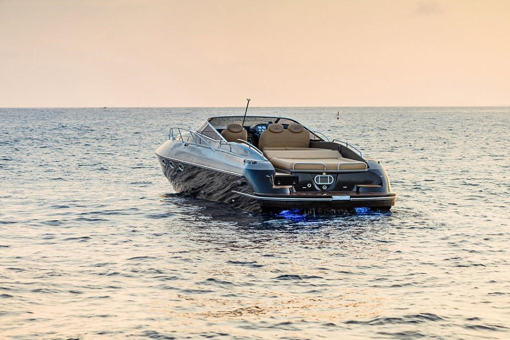 Britanski navtični glamur in dirkanje na vodi - HUNTON XRS43