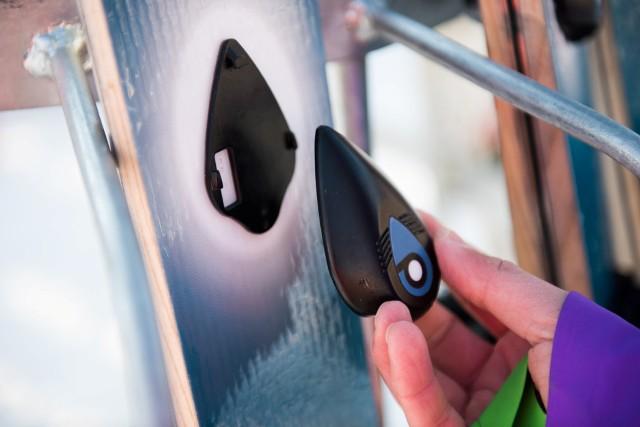 Sledilno napravo NeverLose lahko hitro in varno pritrdite na smuči.