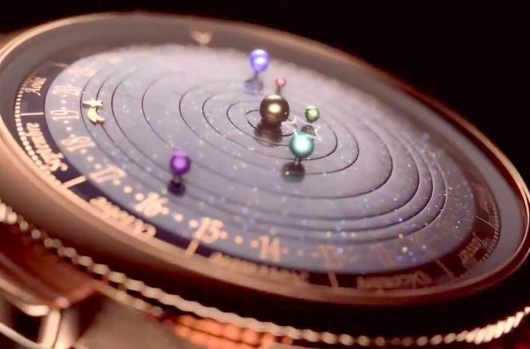 Na številčnici je šest sfer za šest planetov.