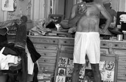 Pablo Picasso oblečen kot mornar Popaj, 1957.