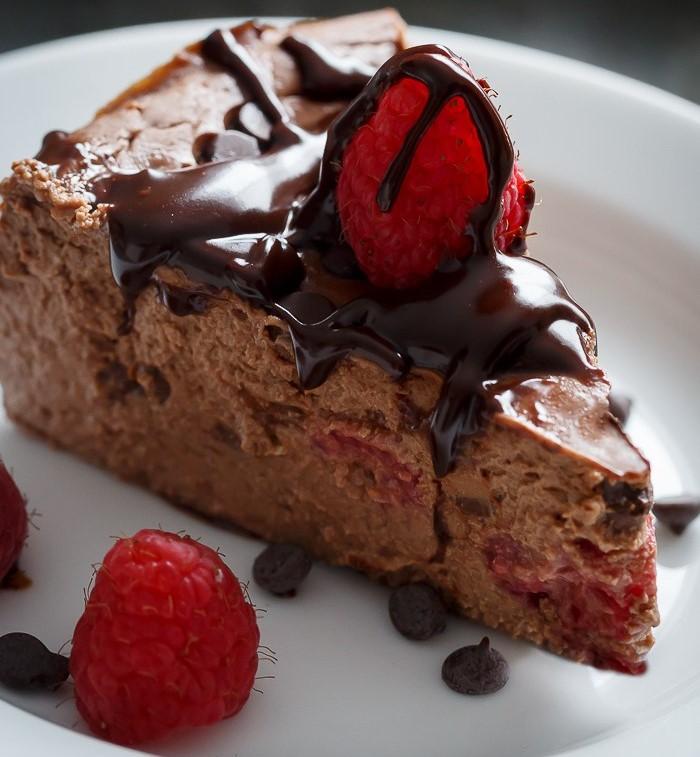 Čokoladni cheesecake z malinami