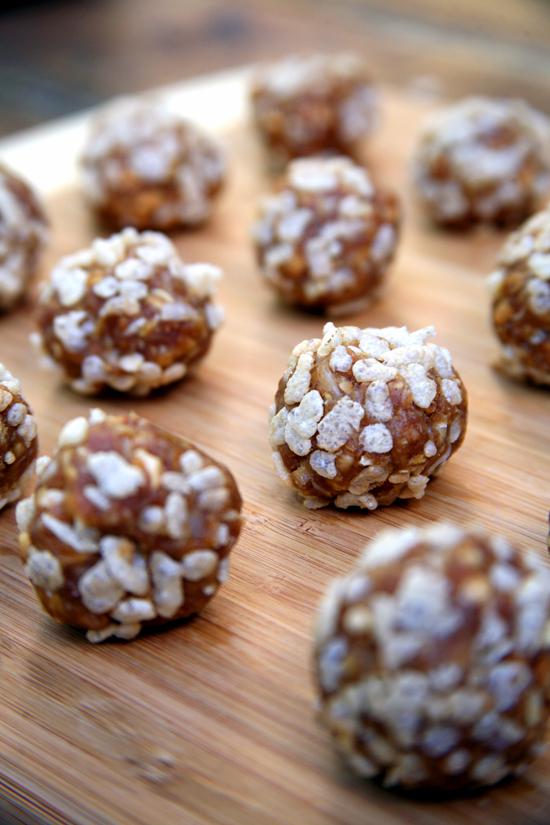 Arašidove kroglice brez peke, primerne tudi za vegane