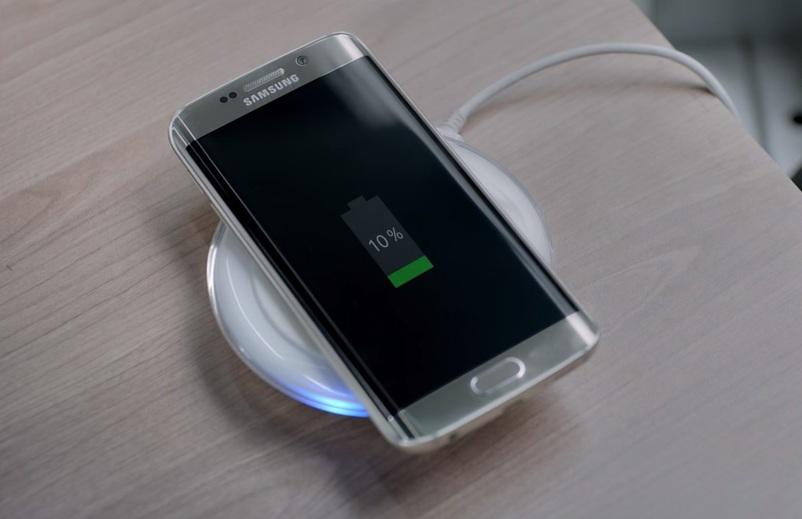 Samsung Galaxy S7 med ''prehranjevanjem''.