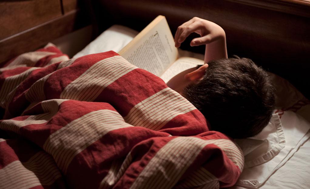 Pred spanjem si privoščite nekaj strani dobrega romana