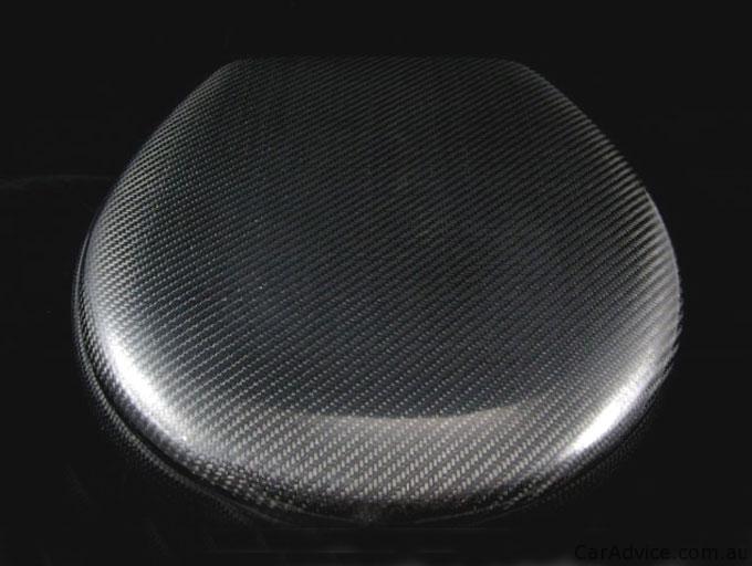 Straniščna školjka iz karbonskih vlaken