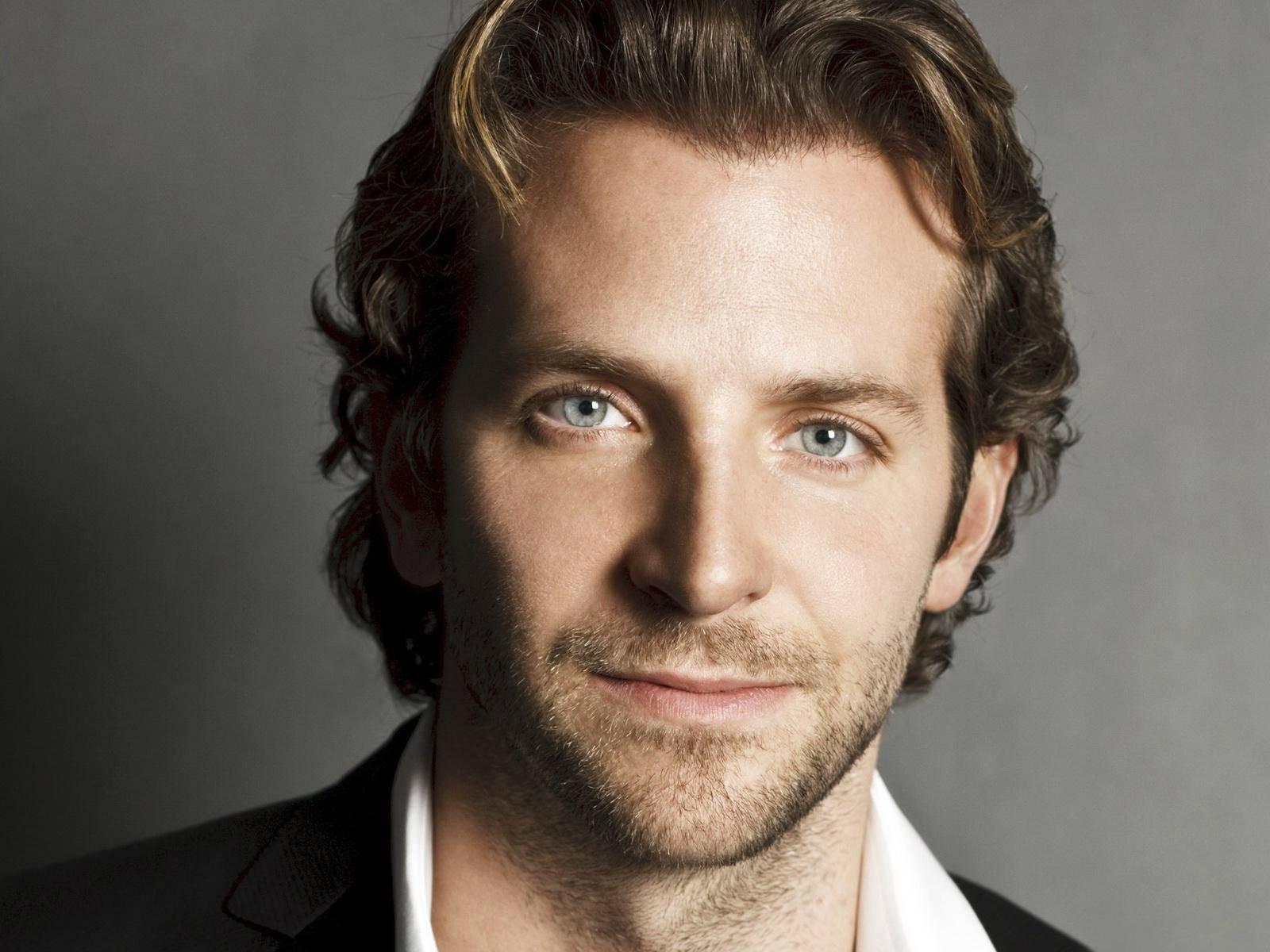 Bradley Cooper je med snemanjem filma Silver Linings Playbook (Za dežjem posije sonce, 2012) kupil več sto zimskih plaščev za brezdomce in našel čas, da jim jih je tudi osebno izročil.