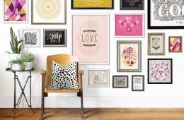 """Domača galerija (""""gallery wall""""): predlogi za top stenske dekoracije"""