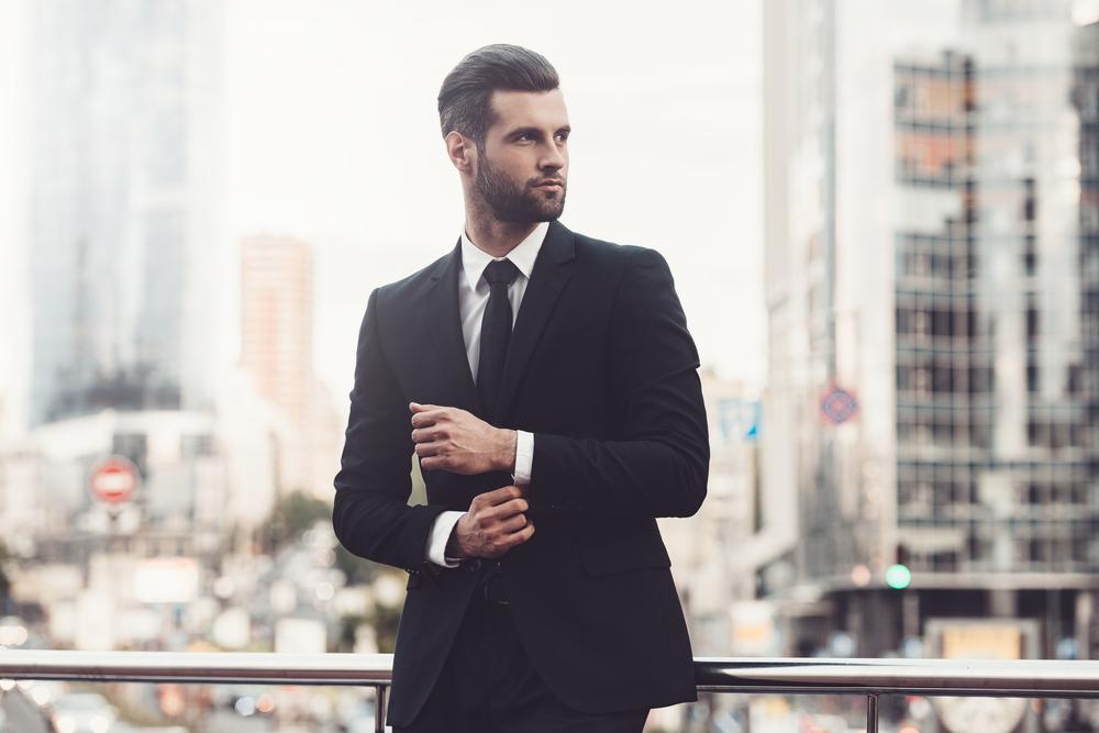 Prvo pravilo dobrega prvega vtisa je urejenost. V poslovnem svetu je kakovostno in elegantno oblačilo ena izmed ključnih točk na poti do uspeha. Ljudje, ki so do potankosti urejeni, dajejo vtis, da odlično opravljajo svoje delo. Imejte v mislih detajle. Obleke naj bodo zlikane, nepoškodovane, usklajene s poklicem, ki ga opravljate, in nikakor cenene. Zelo pomembni so tudi urejeni nohti, lasje in negovana koža.