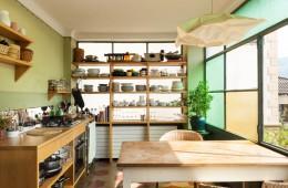 S policami lahko pridobite ogromno novega prostora za pregledno shranjevanje (Foto: Shutterstock)