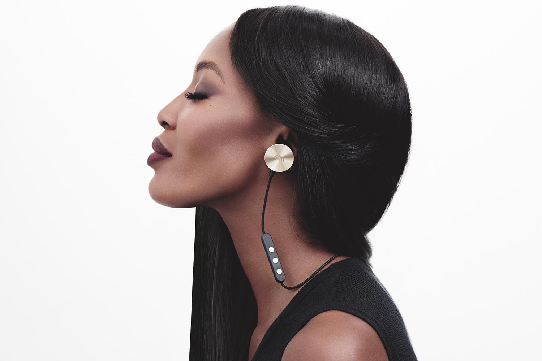 Na brezžične slušalke i.am+ BUTTONS prisega tudi Naomi Campbell