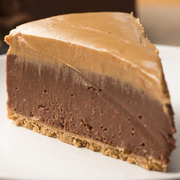 Čokoladni cheesecake z arašidovim maslom brez peke