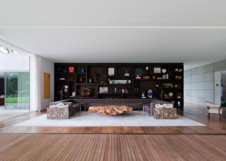 Bela dnevna soba daje občutek prostranosti