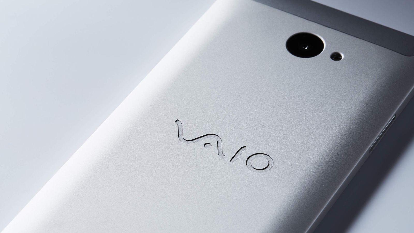 VAIO Phone A se navzven ne razlikuje od predhodnika, zato pa je prestopil med ''Androidaše''.