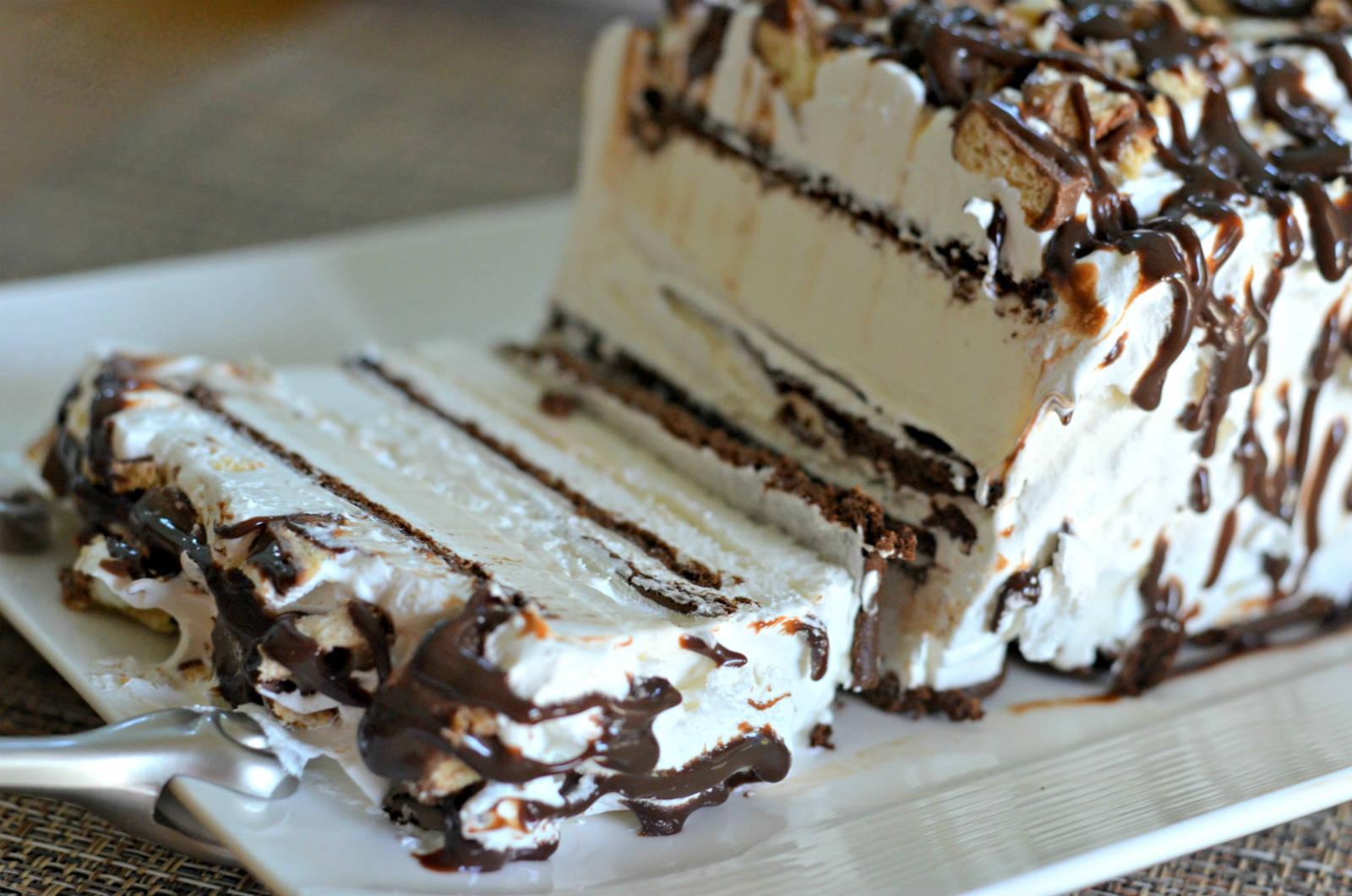Tako preprosta, a tako slastna: sladoledna torta s čokolado, ki jo pripravimo v 5 minutah.