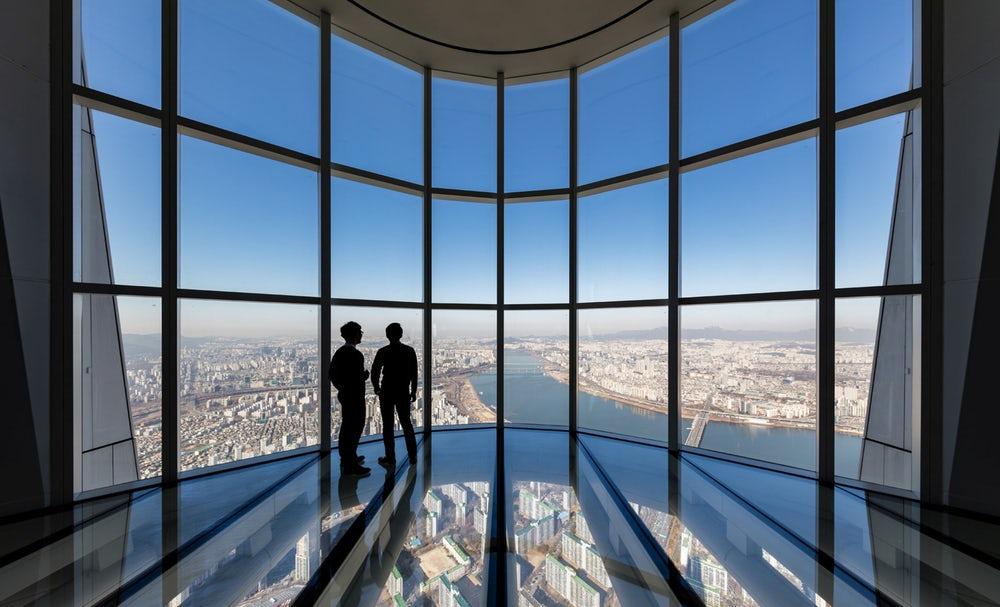 Lotte World Tower ima najvišjo razgledno ploščad s transparentnimi tlemi na svetu.