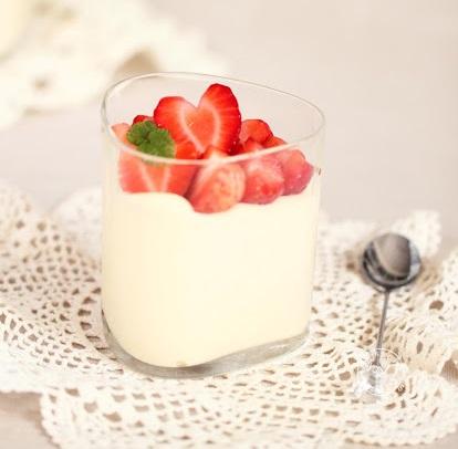 Mousse iz bele čokolade lahko dopolnite tudi s svežim sadjem.