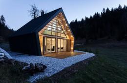 Slovenska planinska lesena hiška: malo moderneje, kot smo vajeni