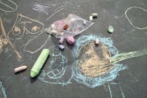 Ustvarjajta ulično umetnost s kredo.