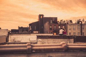Na strehi uživajta v sončnem zahodu.