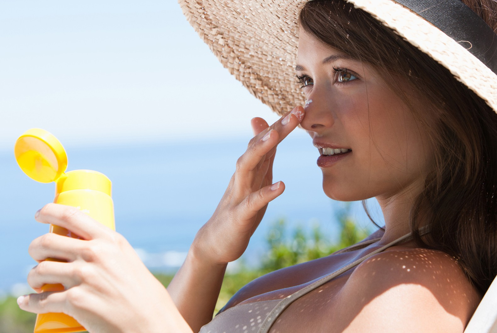 woman-applying-sunscreen (1)