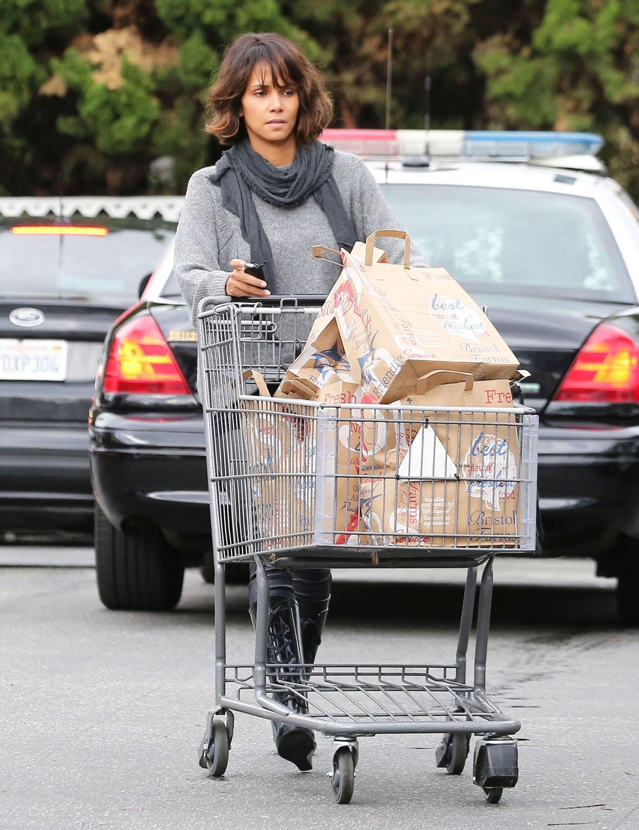 Halle Berry se v trgovino odpravi sama.