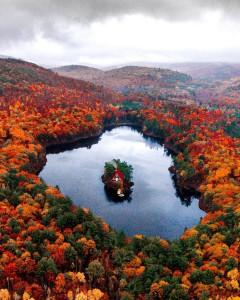 'Plavajoča' hiška na jezeru v Maine