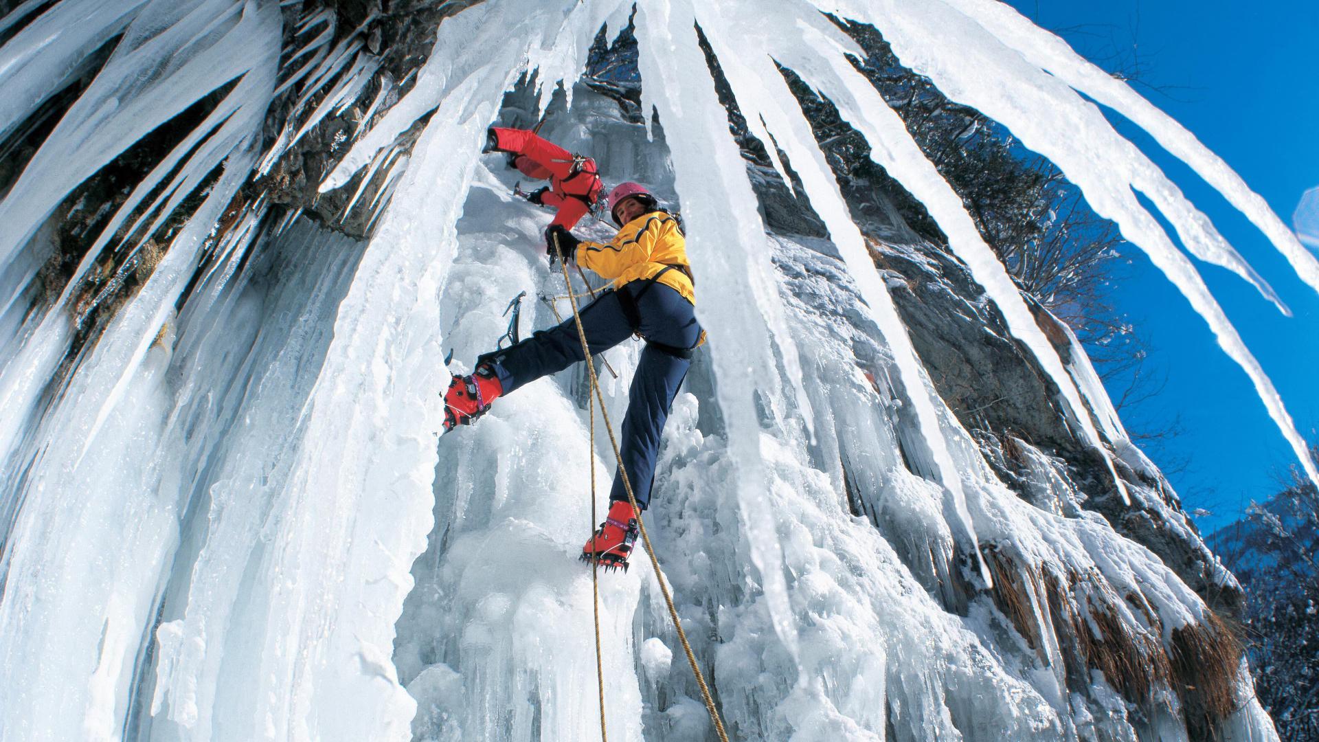 Naj bomo še tako pogumni in izkušeni, vodnika je pri ledenem plezanju vselej pametno vzeti s seboj.
