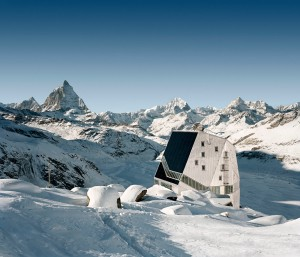 Gorska koča v snežni pokrajini Zermatta