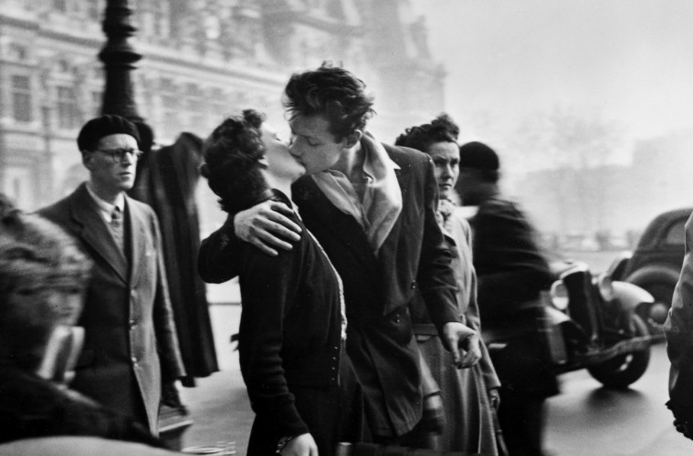 antique-wallpapers-388-le-baiser-de-l-hotel-ville-paris-1950-robert-doisneau-pics1