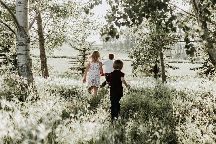 Otroku pustite, da do določene mere sam raziskuje svet