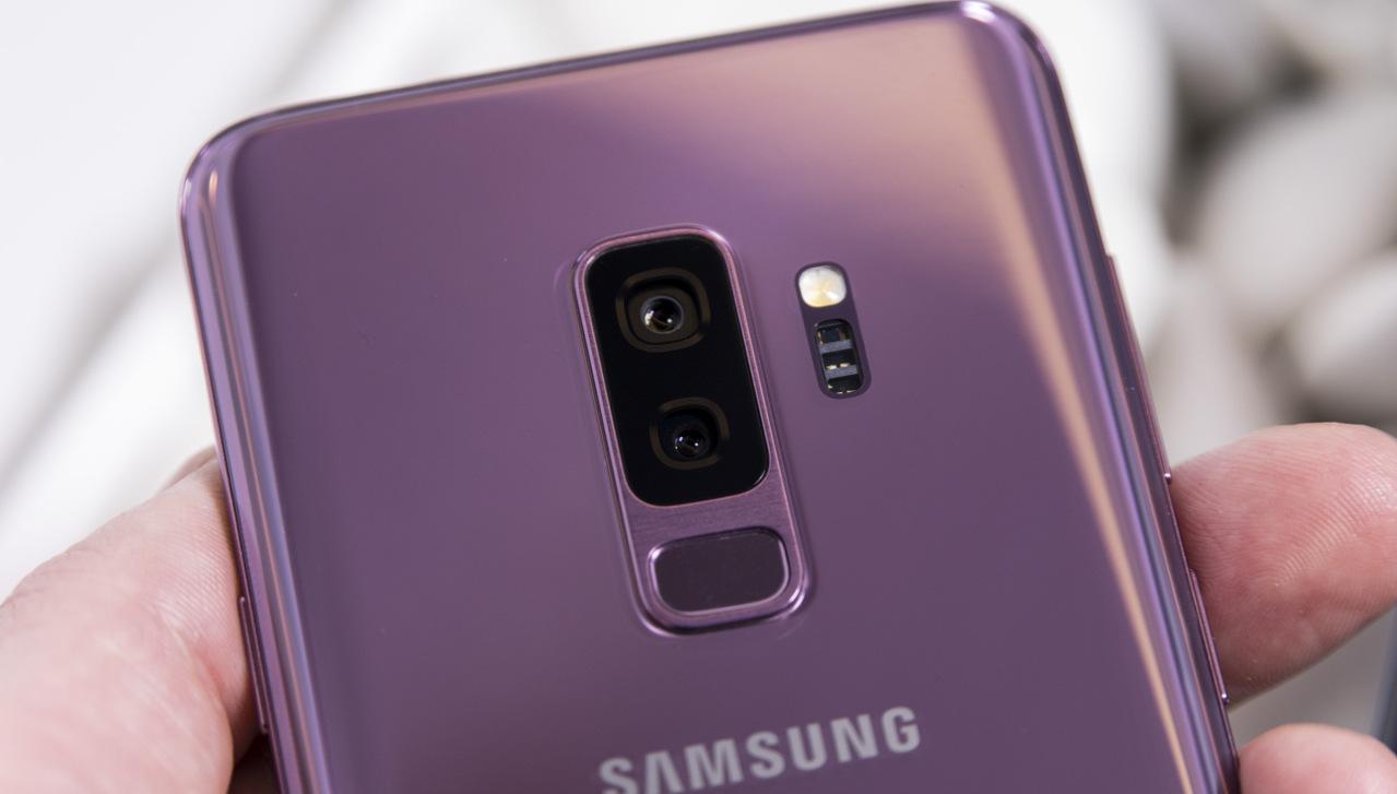 Senzor za prstne odtise se nahaja pod dvojno kamero.