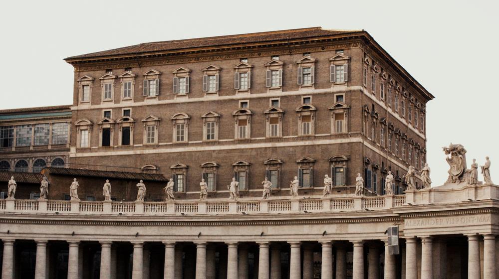 Pogled na Apostolsko palačo s trga Sv. Petra