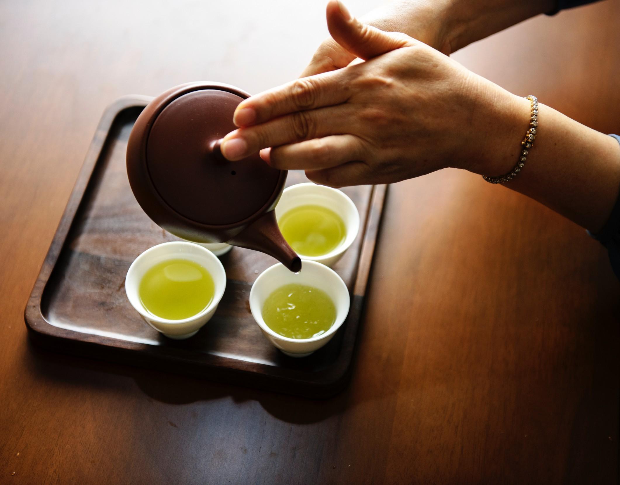 Zeleni čaj ima številne pozitivne učinke.,
