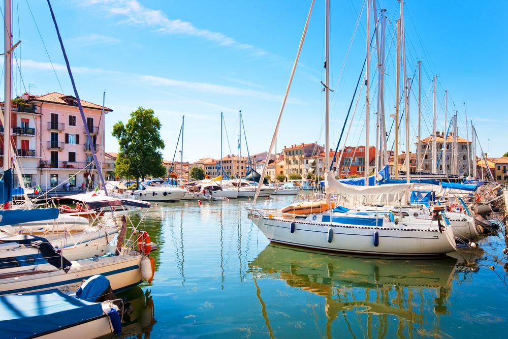 K sebi vabijo tudi italijanska mesteca ob obali. (Na fotografiji je Gradež.)