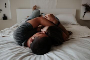 Moški, ki se radi žličkajo, so veliko boljši partnerji.
