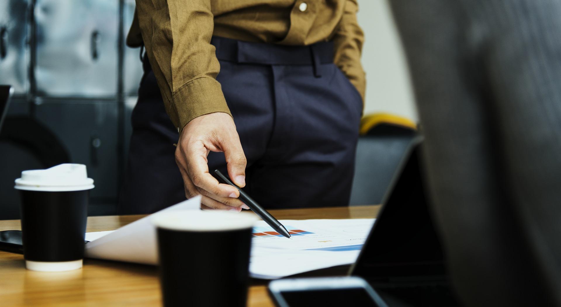 Pozorno poslušajte šefova navodila in jih upoštevajte pri delu.