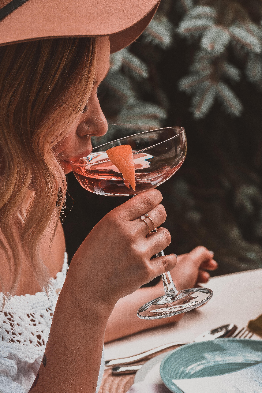 Ali ljudje dejansko bolje govorijo tuj jezik ob/po pitju alkohola zaradi znanja ali gre zgolj za pogum?
