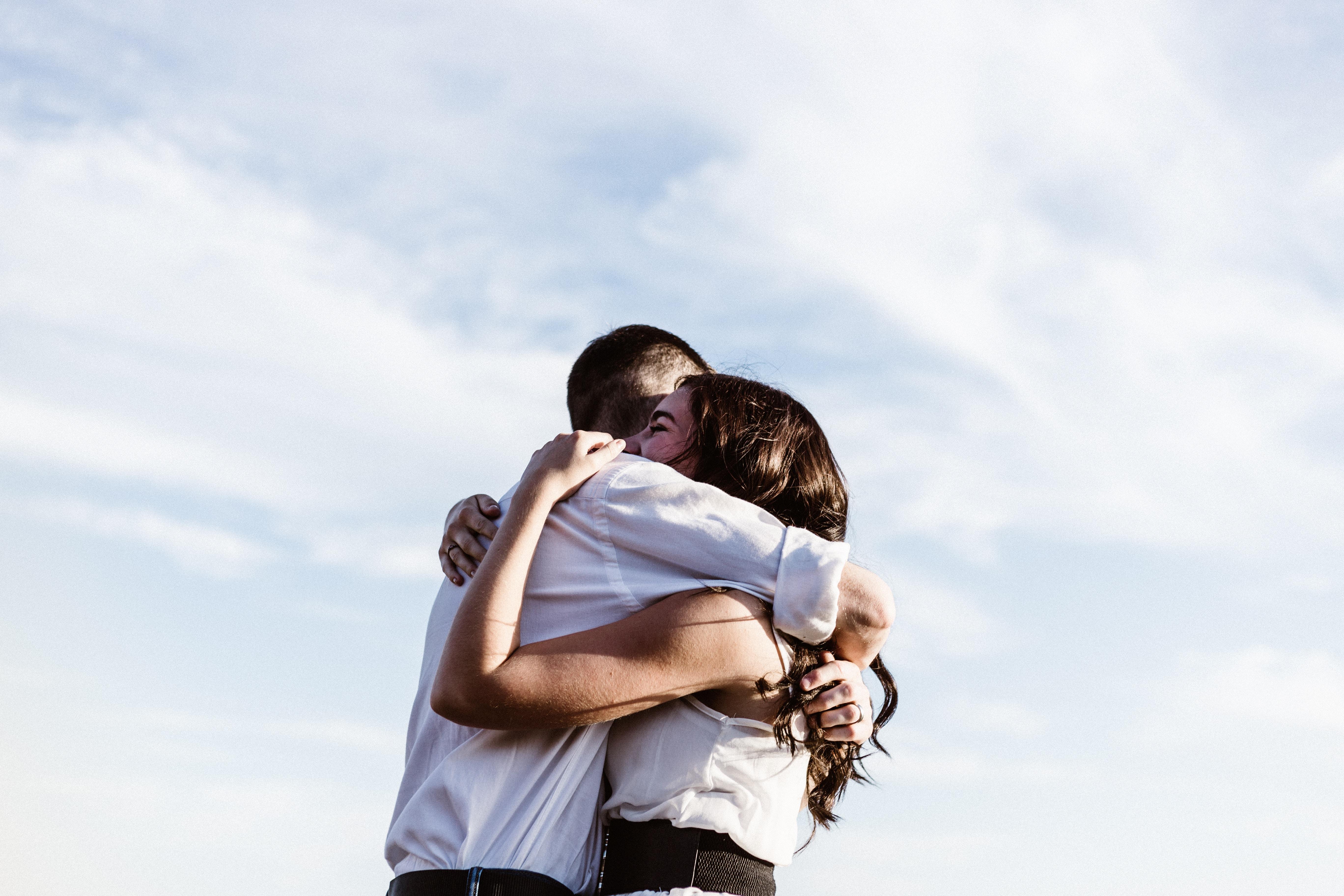 Objemanje je del emocionalnega vzgajanja otrok.