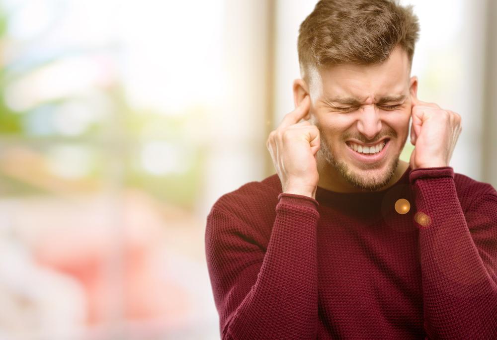 Poslušanje glasbe brez slušalk na javnem mestu.