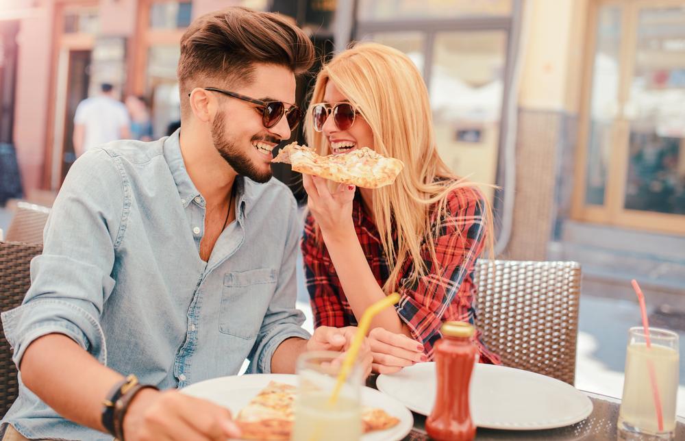 Srečno poročeni pari so dvakrat bolj nagnjeni k povečanju teže kot pari, ki so poročali, da niso srečni.