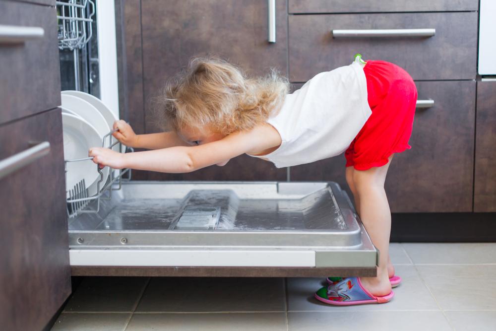 Pomivalni stroj razkuži posodo.
