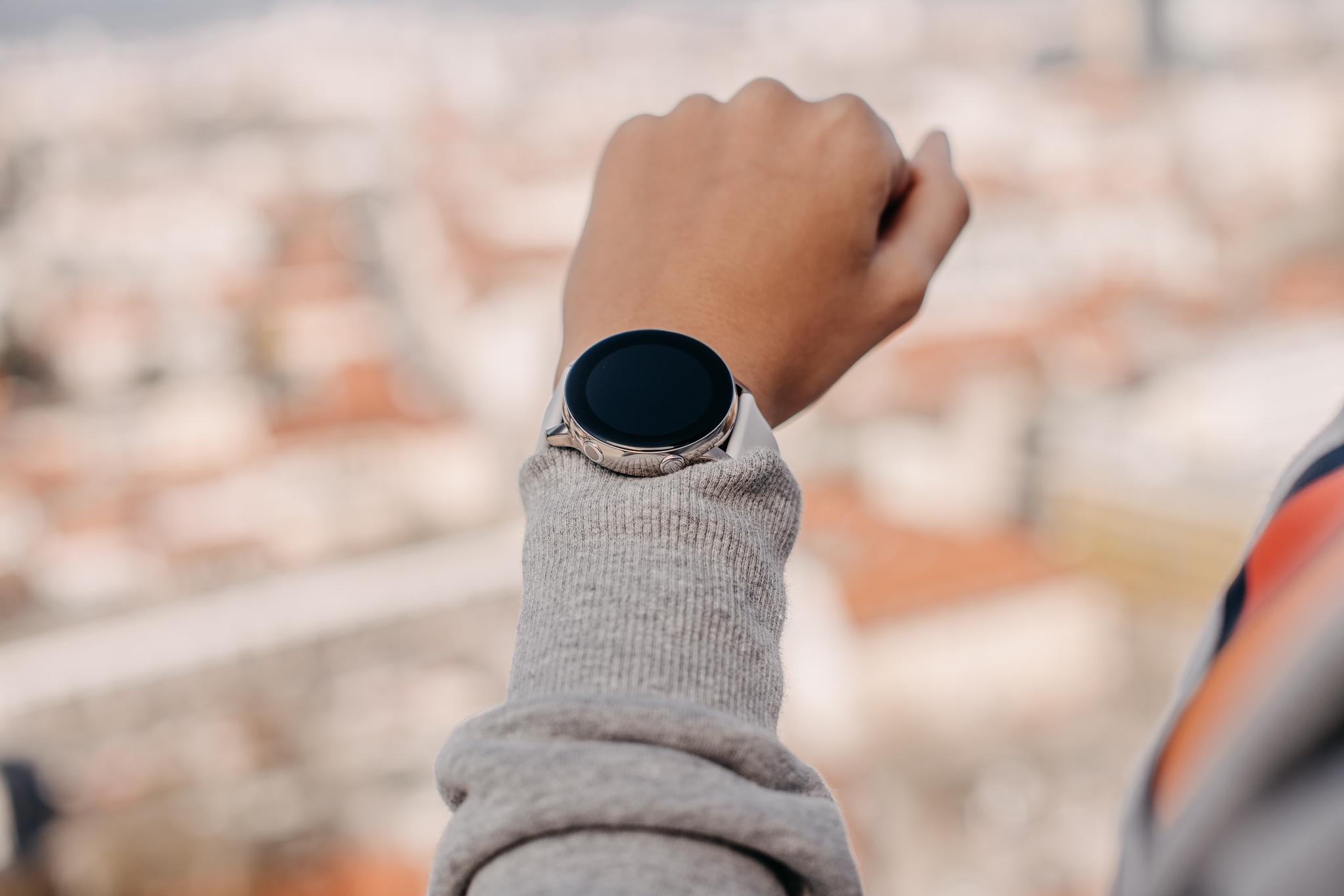 Čudovita ura Samsung Galaxy Watch Active podpira brezžično polnjenje Qi.